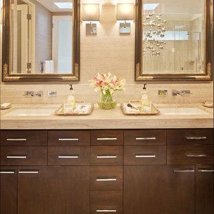Mittelgroßes Modernes Badezimmer En Suite mit Unterbauwaschbecken, flächenbündigen Schrankfronten, dunklen Holzschränken, beiger Wandfarbe, beigem Boden und beiger Waschtischplatte in Los Angeles