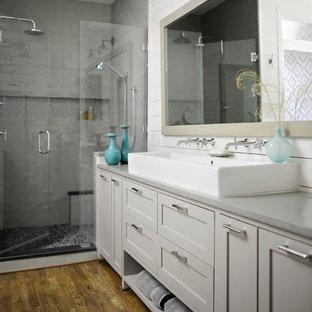 Idee per una piccola stanza da bagno padronale minimalista con ante in stile shaker, ante grigie, vasca freestanding, doccia doppia, WC monopezzo, piastrelle grigie, piastrelle in ceramica, pareti bianche, pavimento in legno massello medio, lavabo rettangolare e top in superficie solida