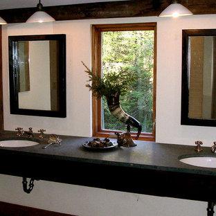 Foto di una grande sauna stile rurale con lavabo da incasso, ante lisce, ante in legno bruno, vasca ad alcova, WC a due pezzi, piastrelle bianche, piastrelle in ceramica, pareti bianche, parquet chiaro e top in granito