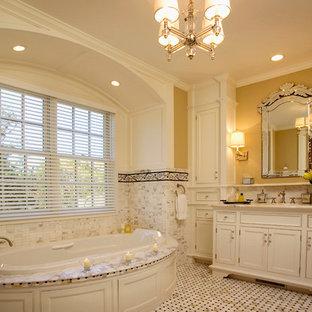Inspiration för ett mellanstort vintage en-suite badrum, med beige skåp, ett platsbyggt badkar, svart och vit kakel, gula väggar, ett undermonterad handfat, marmorbänkskiva, luckor med infälld panel, marmorgolv och vitt golv