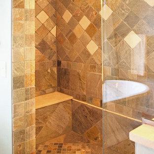 Idee per una stanza da bagno padronale tradizionale di medie dimensioni con doccia alcova, piastrelle beige, piastrelle marroni, piastrelle bianche, piastrelle in ceramica, pareti beige, pavimento multicolore, pavimento con piastrelle in ceramica e porta doccia a battente