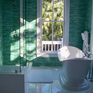 Ispirazione per una grande stanza da bagno padronale tropicale con vasca freestanding, doccia alcova, piastrelle blu, piastrelle verdi, piastrelle di vetro, pareti verdi e pavimento in gres porcellanato