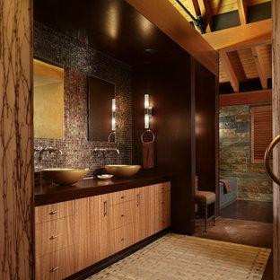 シアトルの大きいラスティックスタイルのおしゃれなマスターバスルーム (フラットパネル扉のキャビネット、淡色木目調キャビネット、アルコーブ型浴槽、茶色いタイル、モザイクタイル、マルチカラーの壁、コンクリートの床、ベッセル式洗面器、木製洗面台、茶色い床) の写真
