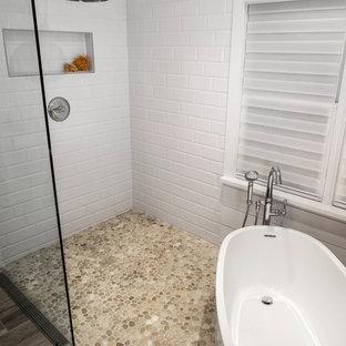 Ejemplo de cuarto de baño principal, de estilo americano, grande, con bañera exenta, ducha a ras de suelo, baldosas y/o azulejos multicolor, baldosas y/o azulejos en mosaico, paredes blancas y suelo de baldosas de porcelana