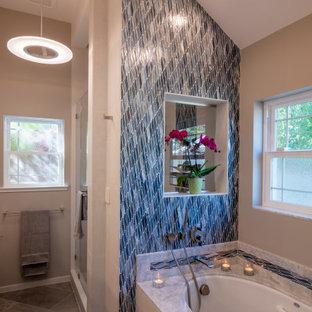 Идея дизайна: большая главная ванная комната в стиле современная классика с фасадами в стиле шейкер, коричневыми фасадами, ванной в нише, душем в нише, плиткой мозаикой, бежевыми стенами, полом из фанеры, столешницей из искусственного кварца, коричневым полом, душем с распашными дверями, серой столешницей, тумбой под две раковины, встроенной тумбой и синей плиткой