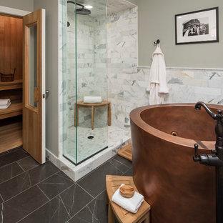 Idéer för att renovera ett vintage en-suite badrum, med ett japanskt badkar, en hörndusch, vit kakel, marmorkakel, grå väggar och med dusch som är öppen