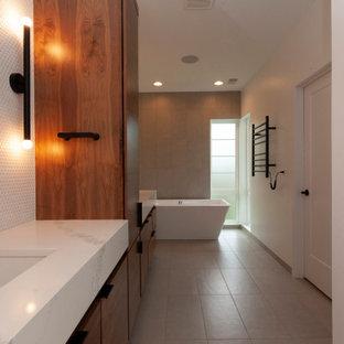 Foto de cuarto de baño con ducha, minimalista, grande, con armarios con paneles lisos, puertas de armario de madera oscura, bañera japonesa, ducha empotrada, baldosas y/o azulejos blancos, baldosas y/o azulejos en mosaico, paredes blancas, suelo de baldosas de porcelana, lavabo bajoencimera, encimera de cuarzo compacto, suelo beige, ducha con puerta corredera y encimeras blancas