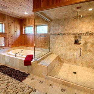 Diseño de cuarto de baño principal, rústico, grande, con bañera encastrada, ducha esquinera, baldosas y/o azulejos beige, suelo beige, baldosas y/o azulejos de travertino, paredes marrones, suelo de travertino, lavabo bajoencimera, encimera de granito y ducha con puerta con bisagras
