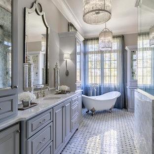 Inspiration för ett stort vintage grå grått en-suite badrum, med möbel-liknande, grå skåp, ett fristående badkar, en dusch i en alkov, en toalettstol med separat cisternkåpa, vit kakel, keramikplattor, grå väggar, klinkergolv i keramik, ett undermonterad handfat, marmorbänkskiva, grått golv och dusch med gångjärnsdörr