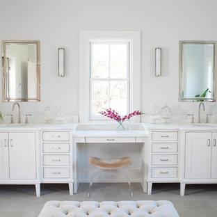 Inspiration för ett vintage en-suite badrum, med luckor med infälld panel, vita skåp, vita väggar, ett undermonterad handfat och kalkstensgolv