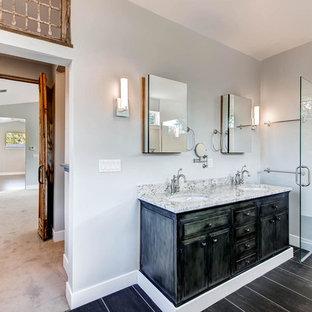 Идея дизайна: большая главная ванная комната в современном стиле с врезной раковиной, фасадами с выступающей филенкой, искусственно-состаренными фасадами, столешницей из гранита, японской ванной, керамической плиткой, серыми стенами, полом из керамогранита и душем в нише