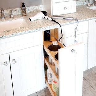 Ejemplo de cuarto de baño principal, marinero, con armarios estilo shaker, puertas de armario blancas, ducha a ras de suelo, paredes grises, lavabo bajoencimera, encimera de vidrio reciclado, suelo gris, ducha con puerta con bisagras y encimeras turquesas