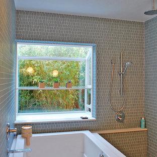 Immagine di una stanza da bagno contemporanea con vasca giapponese, piastrelle verdi e piastrelle a mosaico