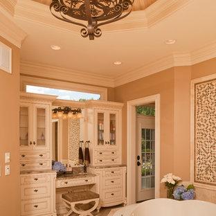 Идея дизайна: ванная комната в классическом стиле с накладной ванной