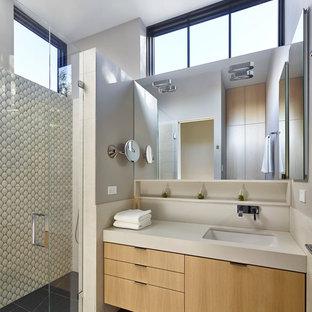フィラデルフィアの中サイズのコンテンポラリースタイルのおしゃれなバスルーム (浴槽なし) (フラットパネル扉のキャビネット、淡色木目調キャビネット、磁器タイル、グレーの壁、磁器タイルの床、アンダーカウンター洗面器、人工大理石カウンター、マルチカラーのタイル、開き戸のシャワー) の写真