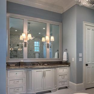 アトランタの大きいトランジショナルスタイルのおしゃれなマスターバスルーム (インセット扉のキャビネット、白いキャビネット、置き型浴槽、シャワー付き浴槽、グレーのタイル、大理石タイル、グレーの壁、磁器タイルの床、アンダーカウンター洗面器、珪岩の洗面台、開き戸のシャワー、ブラウンの洗面カウンター、ベージュの床) の写真