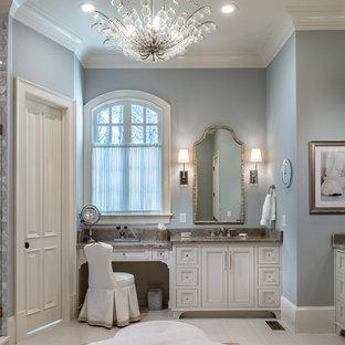 アトランタの大きいトラディショナルスタイルのおしゃれなマスターバスルーム (ベージュのキャビネット、グレーの壁、磁器タイルの床、アンダーカウンター洗面器、珪岩の洗面台、ベージュの床、落し込みパネル扉のキャビネット、グレーの洗面カウンター) の写真