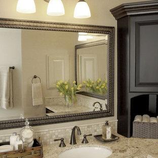 Idéer för att renovera ett vintage badrum, med granitbänkskiva och travertinkakel
