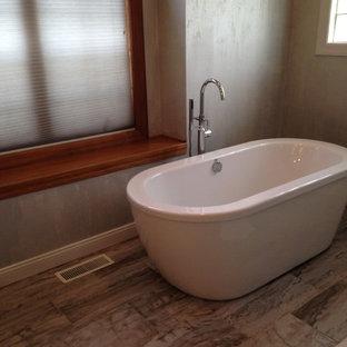 Diseño de cuarto de baño principal, de estilo zen, de tamaño medio, con bañera exenta, baldosas y/o azulejos multicolor, baldosas y/o azulejos de terracota, paredes multicolor, suelo de baldosas de terracota y suelo beige