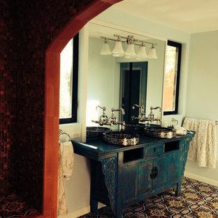 Ispirazione per una grande stanza da bagno padronale bohémian con piastrelle di cemento e pavimento in cemento