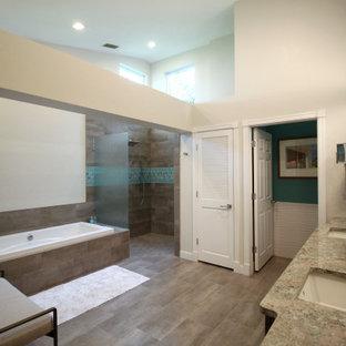 Foto di una stanza da bagno padronale minimal di medie dimensioni con ante turchesi, vasca da incasso, doccia aperta, WC monopezzo, pareti bianche, lavabo da incasso, pavimento marrone, doccia aperta, top grigio, toilette, due lavabi e travi a vista