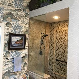Ispirazione per una stanza da bagno padronale tradizionale di medie dimensioni con ante con bugna sagomata, ante in legno bruno, doccia aperta, piastrelle beige, piastrelle in travertino, pareti blu, pavimento in travertino, lavabo a bacinella, top in granito, pavimento grigio e doccia aperta