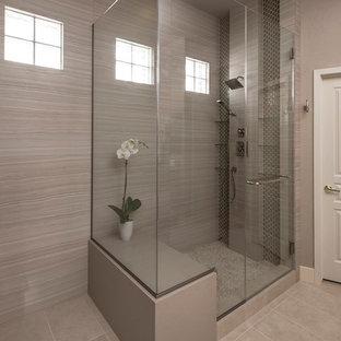 Ispirazione per una stanza da bagno padronale minimal di medie dimensioni con lavabo sottopiano, ante in stile shaker, top in quarzo composito, piastrelle verdi, piastrelle in gres porcellanato e pavimento in gres porcellanato