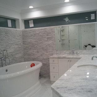 Foto di una grande stanza da bagno padronale design con ante in stile shaker, ante bianche, vasca freestanding, doccia alcova, WC a due pezzi, piastrelle grigie, piastrelle bianche, lastra di pietra, pareti bianche, pavimento in marmo, lavabo sottopiano e top in marmo