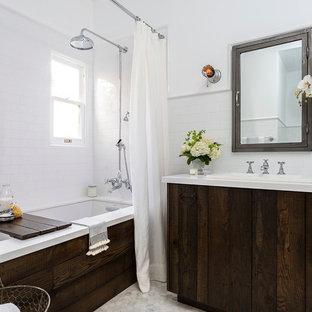 Свежая идея для дизайна: маленькая главная ванная комната в стиле кантри с накладной раковиной, плоскими фасадами, полновстраиваемой ванной, душем над ванной, раздельным унитазом, белой плиткой, плиткой кабанчик, белыми стенами, мраморным полом, столешницей из искусственного камня, искусственно-состаренными фасадами и шторкой для душа - отличное фото интерьера