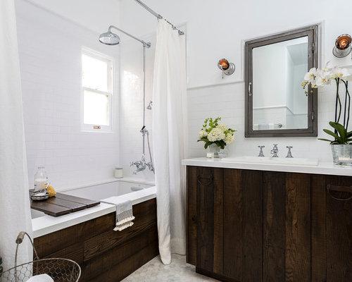 Salle de bain avec une baignoire encastr e et des portes for Cabine de douche toilette lavabo