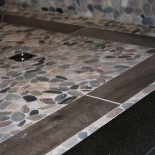 他の地域の大きいラスティックスタイルのおしゃれなマスターバスルーム (オープン型シャワー、ベージュのタイル、磁器タイル、珪岩の洗面台、ベージュの床、オープンシャワー、黒い洗面カウンター) の写真