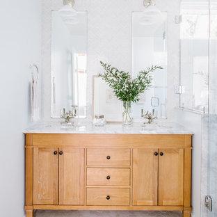 Idéer för ett mellanstort eklektiskt en-suite badrum, med möbel-liknande, skåp i ljust trä, en hörndusch, en toalettstol med separat cisternkåpa, vit kakel, glasskiva, blå väggar, marmorgolv, ett undermonterad handfat, marmorbänkskiva, grått golv och dusch med duschdraperi