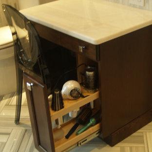 Foto di una stanza da bagno chic con WC monopezzo, piastrelle grigie, piastrelle bianche, piastrelle di vetro, pareti marroni e top in quarzite
