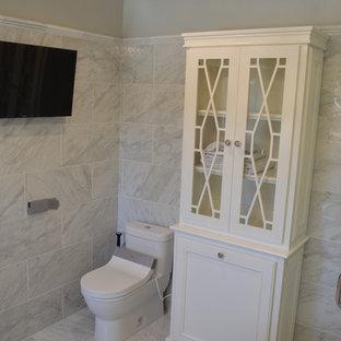 Bild på ett mellanstort vintage en-suite badrum, med luckor med infälld panel, vita skåp, ett fristående badkar, en hörndusch, en bidé, grå kakel, porslinskakel, grå väggar, klinkergolv i porslin, ett undermonterad handfat och bänkskiva i kvartsit