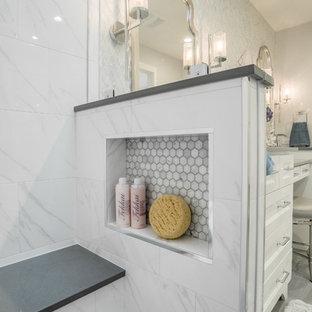 Пример оригинального дизайна: маленькая главная ванная комната в стиле современная классика с фасадами в стиле шейкер, белыми фасадами, угловым душем, раздельным унитазом, белой плиткой, мраморной плиткой, серыми стенами, полом из керамогранита, врезной раковиной, столешницей из искусственного кварца, серым полом и душем с распашными дверями