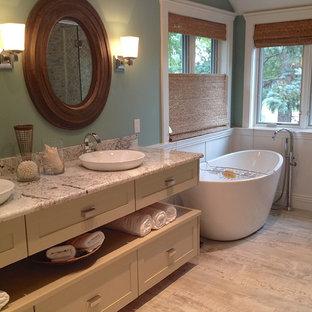Idéer för små vintage grått en-suite badrum, med skåp i shakerstil, beige skåp, ett fristående badkar, en hörndusch, grå kakel, marmorkakel, gröna väggar, ett fristående handfat, bänkskiva i kvartsit, grått golv och dusch med gångjärnsdörr