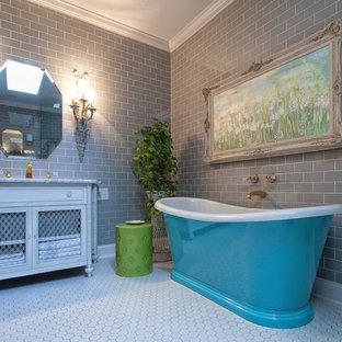 Свежая идея для дизайна: главная ванная комната среднего размера в классическом стиле с плиткой кабанчик, фасадами в стиле шейкер, искусственно-состаренными фасадами, отдельно стоящей ванной, угловым душем, серой плиткой, серыми стенами, полом из керамогранита, врезной раковиной, мраморной столешницей и белым полом - отличное фото интерьера