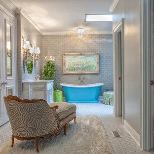 Diseño de cuarto de baño principal, tradicional, de tamaño medio, con baldosas y/o azulejos de cemento, armarios estilo shaker, puertas de armario con efecto envejecido, bañera exenta, baldosas y/o azulejos grises, paredes grises, suelo de baldosas de porcelana, lavabo bajoencimera, ducha esquinera y encimera de mármol