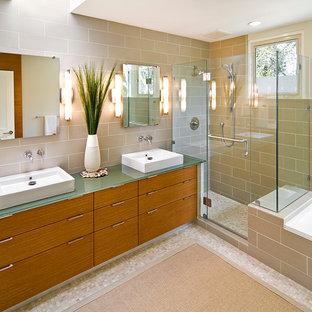 サンフランシスコの中サイズのコンテンポラリースタイルのおしゃれな浴室 (ベッセル式洗面器、フラットパネル扉のキャビネット、中間色木目調キャビネット、ガラスの洗面台、ドロップイン型浴槽、オープン型シャワー、磁器タイル、モザイクタイル) の写真