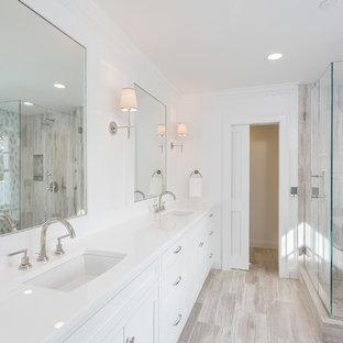 Großes Klassisches Badezimmer En Suite mit Schrankfronten mit vertiefter Füllung, weißen Schränken, freistehender Badewanne, Steinfliesen, weißer Wandfarbe, Unterbauwaschbecken, Glaswaschbecken/Glaswaschtisch, Doppeldusche, beigefarbenen Fliesen und Travertin in New York