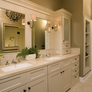 Esempio di una stanza da bagno tradizionale con lavabo sottopiano, ante in stile shaker, ante beige, piastrelle beige e top beige