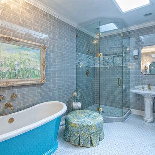 Modelo de cuarto de baño principal, clásico, de tamaño medio, con armarios estilo shaker, puertas de armario con efecto envejecido, bañera exenta, ducha esquinera, baldosas y/o azulejos grises, baldosas y/o azulejos de cemento, paredes grises, suelo de baldosas de porcelana, lavabo bajoencimera y encimera de mármol
