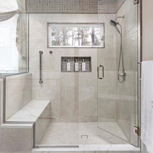 Idéer för ett mycket stort klassiskt vit en-suite badrum, med luckor med infälld panel, vita skåp, ett fristående badkar, en hörndusch, en bidé, vit kakel, porslinskakel, beige väggar, klinkergolv i porslin, ett undermonterad handfat, bänkskiva i kvarts, beiget golv och dusch med gångjärnsdörr