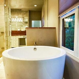 Ispirazione per una stanza da bagno padronale classica di medie dimensioni con ante bianche, vasca giapponese, doccia aperta, WC monopezzo, piastrelle beige, piastrelle in pietra, pareti grigie, pavimento alla veneziana, lavabo a bacinella, top in marmo, pavimento beige e porta doccia a battente