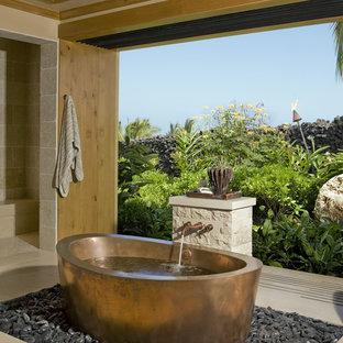 Exempel på ett exotiskt badrum, med ett fristående badkar, beige kakel och en dusch i en alkov