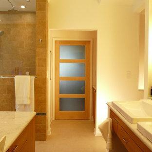 Diseño de cuarto de baño principal, contemporáneo, grande, con lavabo encastrado, armarios con paneles lisos, puertas de armario de madera clara, encimera de cuarzo compacto, bañera encastrada, ducha abierta, sanitario de dos piezas, baldosas y/o azulejos marrones, baldosas y/o azulejos de porcelana, paredes blancas y suelo de baldosas de porcelana