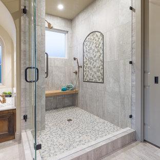 Idee per una grande sauna tradizionale con ante in legno scuro, vasca da incasso, piastrelle bianche, piastrelle in gres porcellanato, pareti beige, pavimento con piastrelle di ciottoli, lavabo sottopiano, top in quarzo composito e ante con riquadro incassato
