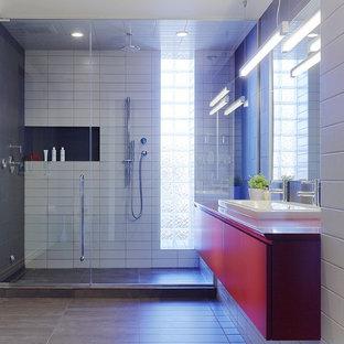 Inspiration för ett stort funkis röd rött badrum, med ett nedsänkt handfat, släta luckor, röda skåp, bänkskiva i kvarts, en dubbeldusch, grå kakel, porslinskakel, vita väggar och klinkergolv i porslin