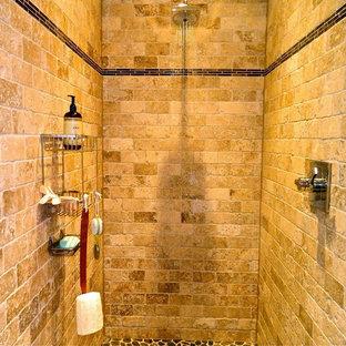 Foto de cuarto de baño principal, rústico, pequeño, con ducha abierta, baldosas y/o azulejos beige, baldosas y/o azulejos de piedra y suelo de baldosas tipo guijarro