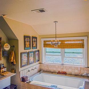 Mittelgroßes Maritimes Badezimmer En Suite mit Einbauwaschbecken, Mosaik-Bodenfliesen, Eckbadewanne und Terrakottafliesen in San Francisco